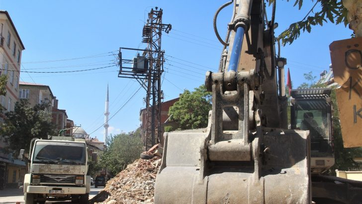 Elektrik tellerinin evlerle iç içe olması ağır hasarlı bina yıkımlarını engelliyor