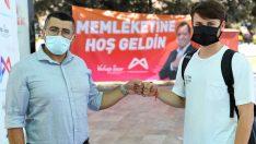 Mersin'de üniversite öğrencileri, 'memleketine hoş geldin' diyerek karşılanıyor