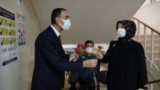 Muş'ta göreve başlayan öğretmenler güllerle karşılandı