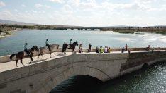 Tarihi Çeşnigir Köprüsü ve mesire alanlarında güvenliği atlı birlikler sağlıyor