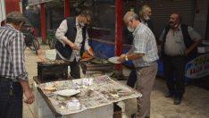 Tavşanlı'da balık satışları mangalda balık ikramı ile başladı