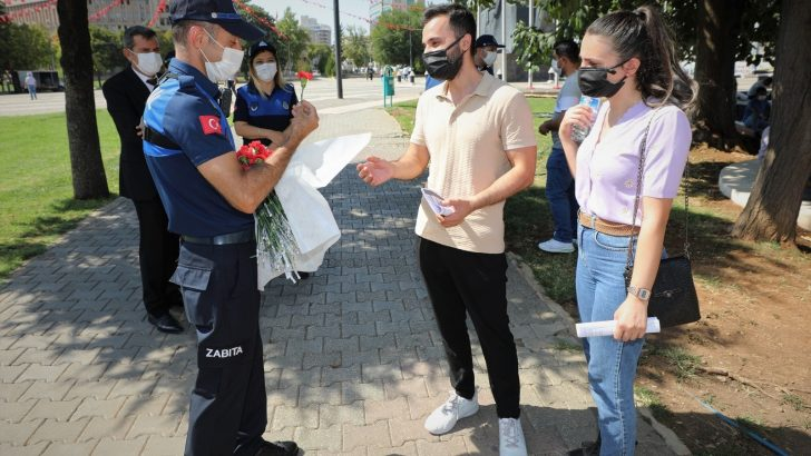Zabıta ekipleri, vatandaşlara karanfil armağan etti